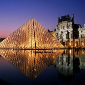 Louvre di notte, piramide in cristallo e giochi d' acqua