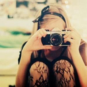 Ragazza che fa una foto
