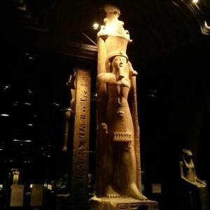 Interno di una delle gallerie del Museo Egizio di Torino - statua divinità egizia